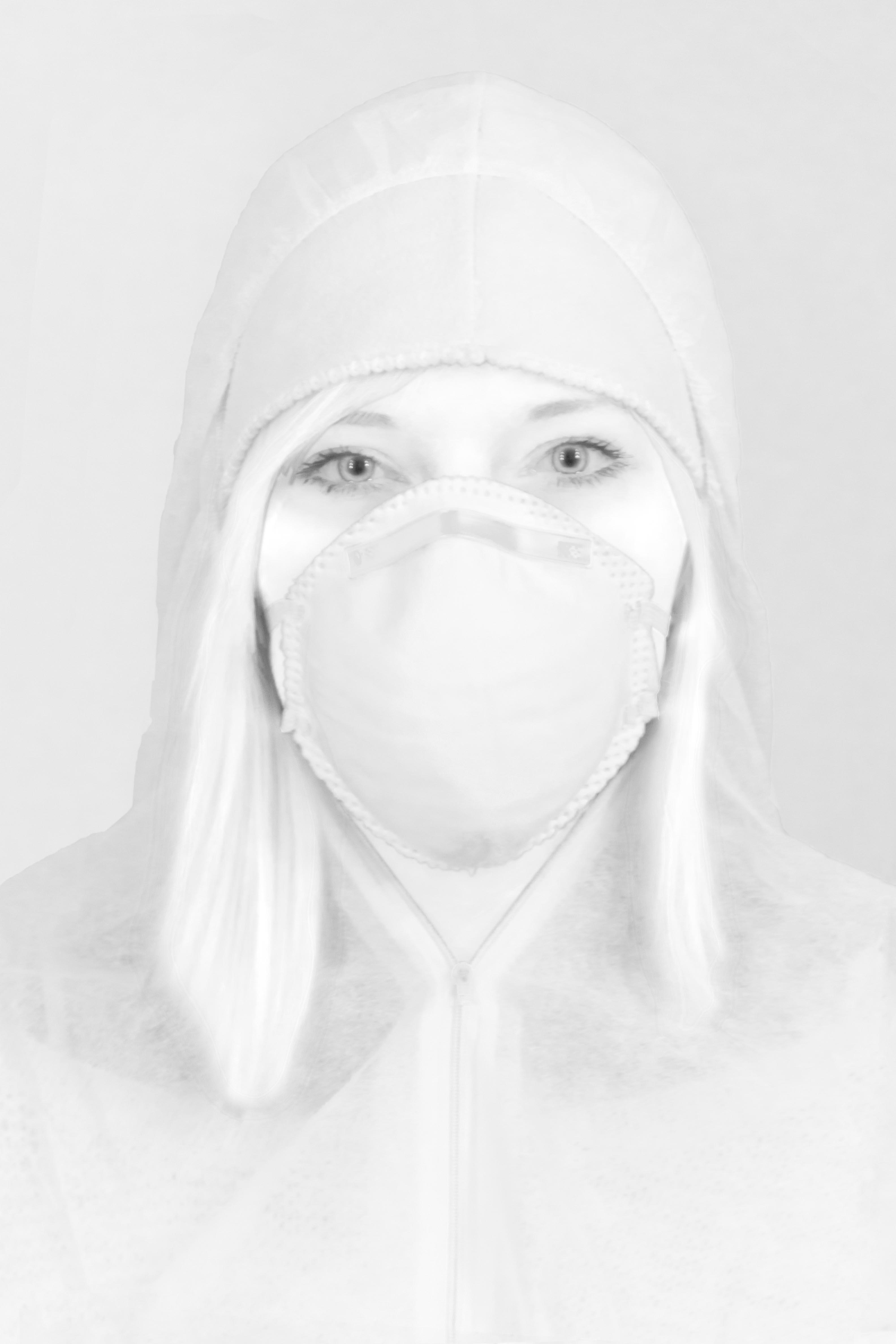 Eine Malerin in Arbeitskleidung